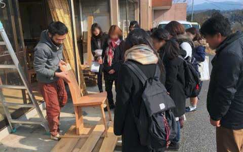 木工所見学を行う大学生