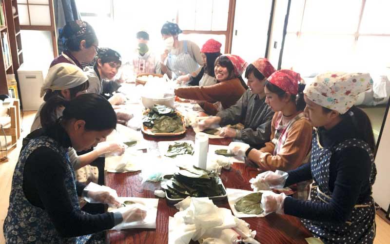 柿の葉寿司作り体験を行う大学生